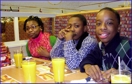 kids-at-restaurant