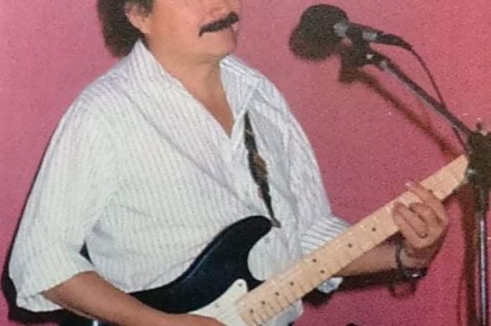 Carlos Carroza, cantante angolino en Neuquén