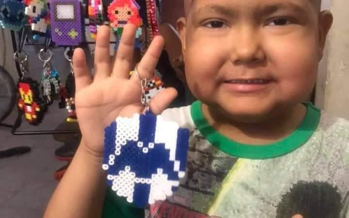 Niño de 5 años vende llaveros para pagar su tratamiento contra el cáncer: su historia ya es viral