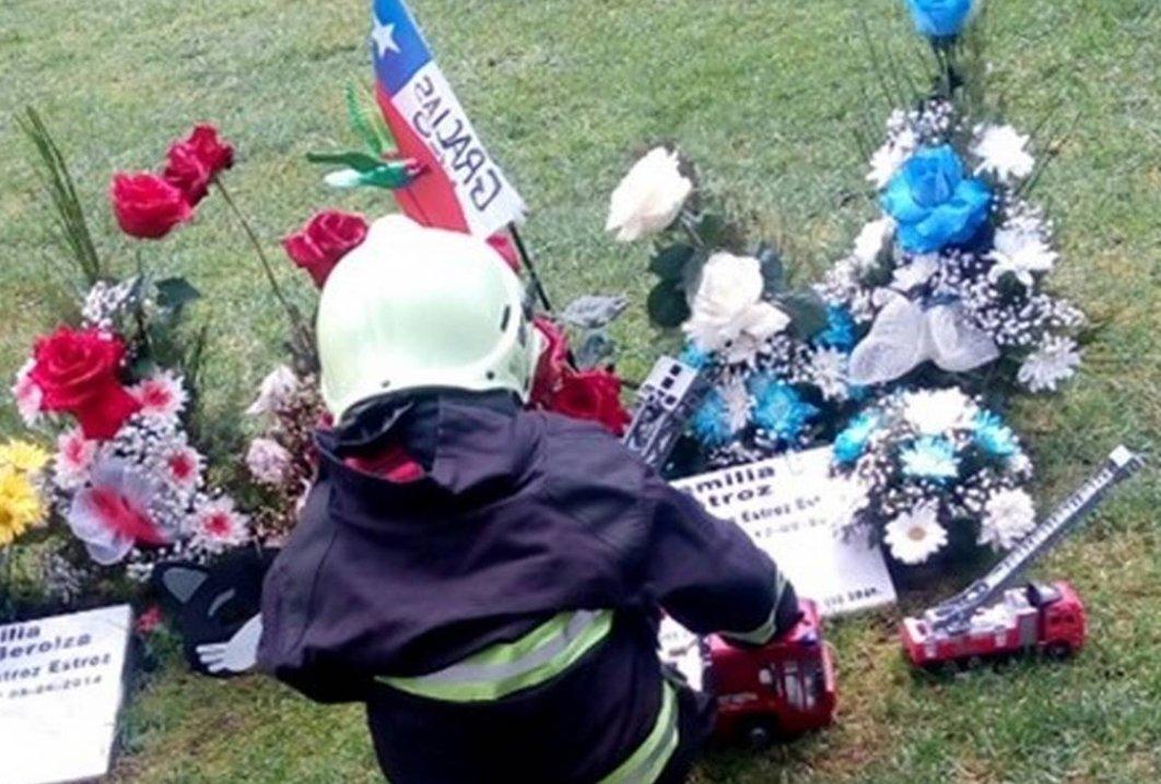 Pequeño realiza EMOTIVA VISITA a tumba de bombero que le DONÓ UN RIÑÓN
