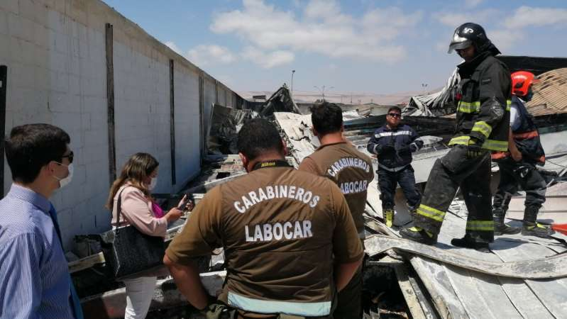 Encuentran CADÁVER entre escombros de supermercado Lider SAQUEADO e INCENDIADO