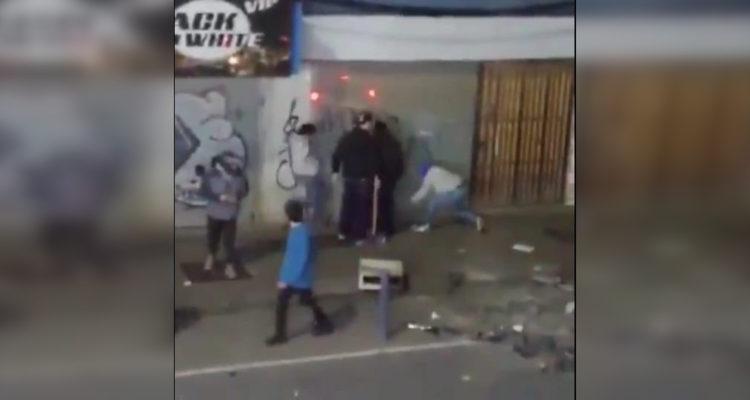 Video muestra agresión de hombres con palos y bates a supuesto saqueador en centro de Concepción