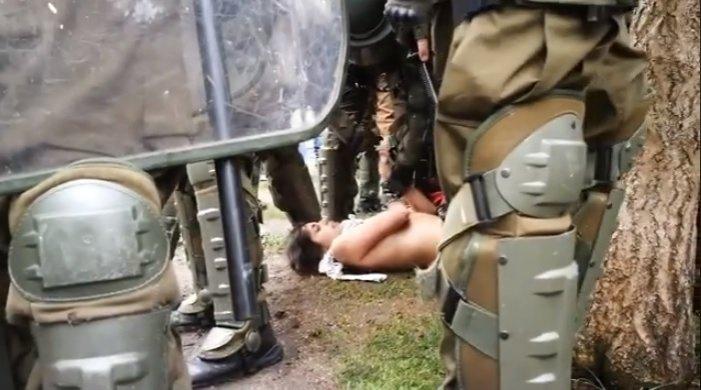 Grave: Carabineros desnuda a manifestante reducida en manifestaciones