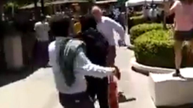 (VIDEO) Graban BRUTAL PELEA entre encapuchado y clientes del Parque ARAUCO
