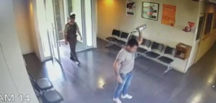 Un hombre intentó quemarse a lo bonzo al interior de una comisaría
