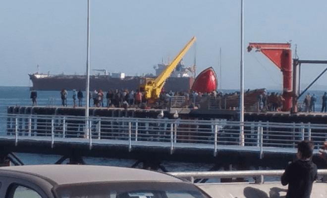 Botes CAEN DESDE GRÚA en Caleta Portales dejando 2 HERIDOS