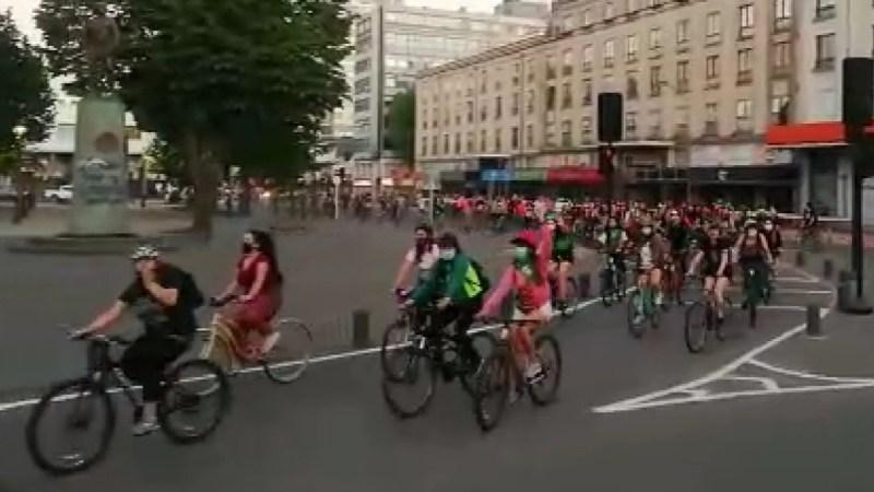 CIENTOS DE MUJERES pedalean por el centro de Concepción MANIFESTANDOSE pacíficamente