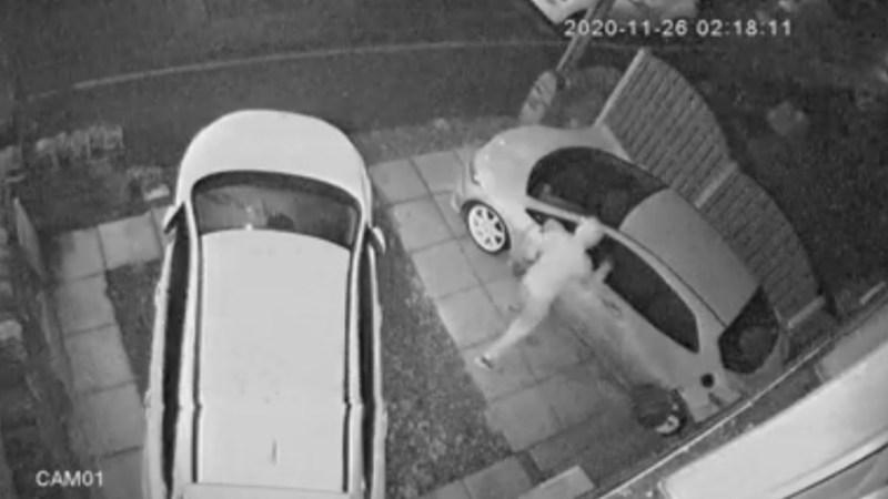VIDEO! Hombre intentó QUEMAR dos vehículos y terminó HUYENDO envuelto en LLAMAS