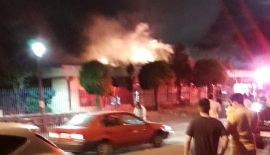 Fuegos artificiales provocan INCENDIO en colegio BÉLGICA de Chiguayante