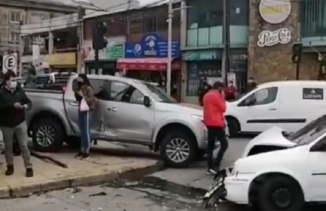 Colision vehicular deja VARIOS HERIDOS en pleno centro de Talcahuano