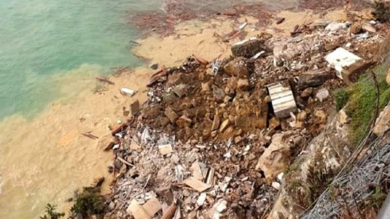 DECENAS DE CADAVERES flotan en el mar tras DERRUMBE de cementerio en Italia
