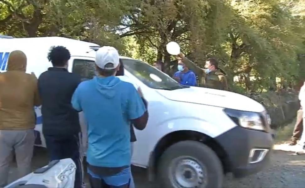 Con APLAUSOS y globos BLANCOS despiden cuerpo de Tomas tras ser trasladado a SML de Concepción