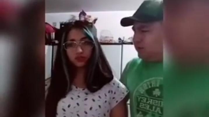 Papá OBLIGÓ a su hija a DISCULPARSE por bailar Twerking en redes sociales
