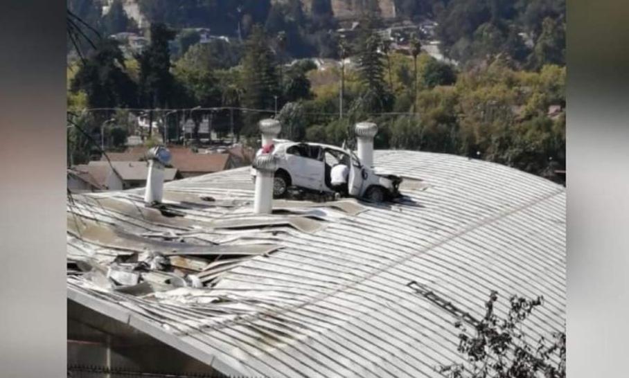 Vehículo VUELA por los aires y cae en TECHO de colegio tras ACCIDENTE en Viña del Mar