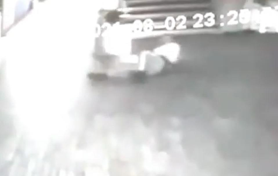 VIDEO: Increíble agresión de «fantasma» a un guardia de seguridad