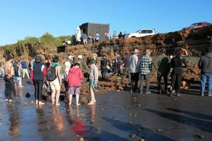 Terrible: joven que quedó sepultado vivo en playa de Pichilemu está en riesgo vital