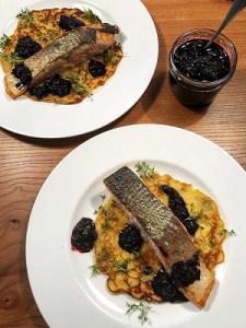 Gebratener Lachs auf isländischen Kartoffel-Pfannkuchen mit Blaubeer-Chutney