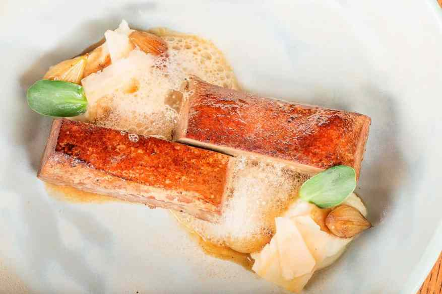 pulpa de rata presata, cu ceapa coapta, coltunasi de hribi, pasta de prune afumate, tartar de vanata cu ulei de nuci si sos de ciuperci