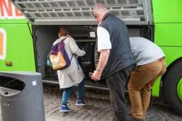 Gepäck wird in den Buss geladen