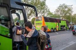 Menschen steigen in den Bus