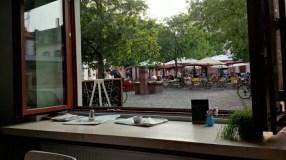 Blick aus dem großen Fenster auf den Marktplatz in Neuenheim.