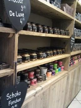 Produkte sind in einem Holzregal aufgereiht