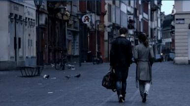 Zwei Personen gehen in der Altstadt. Blick in die Hauptstraße.