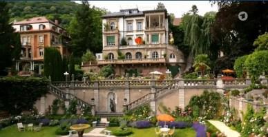 Blick auf die gesamte Hotelanlage mit Garten.