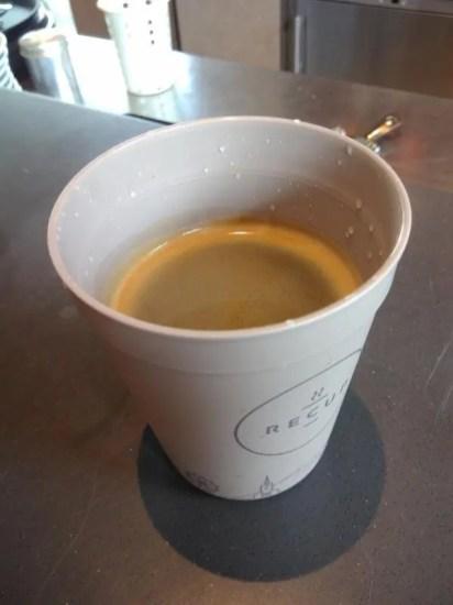 Kleiner Recup-Becher gefüllt mit Kaffee