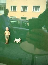 Eine Figur und ein Hund wie aus dem Comic Tim und Struppi.