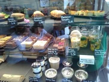Verschiedene salzige und süße Speisen werden stehen in der Kühltheke.