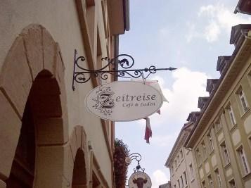 Schild des Ladens am Eingang, Aufschrift Zeitreise Laden und Café