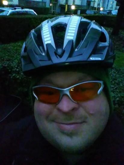Ich ausgerüstet mit Radbrille, Mütze und Helm.