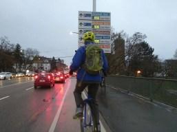 Ein Einradfahrer fährt vor mir auf der Brücke.