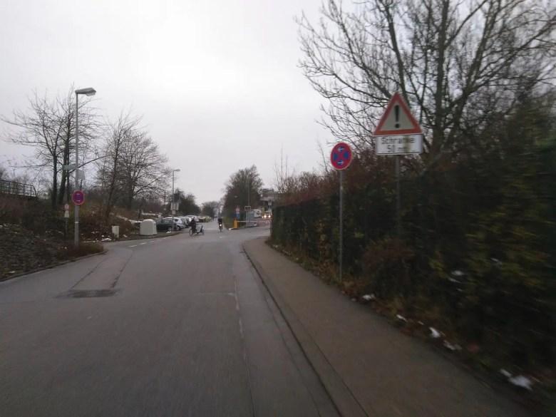 Blick auf die Straße, rechts geht es zum Eingang des Betriebshofs.