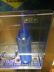 Eine Wasserflasche wird befüllt.