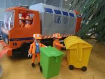 Playmobilausstattung für Kinder bis X Jahren. Müllwerker, Container und ein Müllauto.