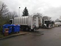 Müllautos parken und werden gereinigt.
