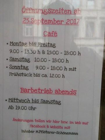 Schild zeigt, dass das Café glücklich Mittagspause hat.