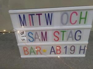 Schild zeigt, dass es einen Barbetrieb abends in dem Café gibt.