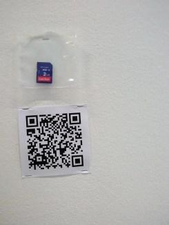 Ein Barcode und eine SD-Speicherkarte neben einer leeren Leinwand.