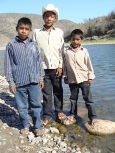Jóvenes guarijíos en el Río Mayo de la Mesa Colorada
