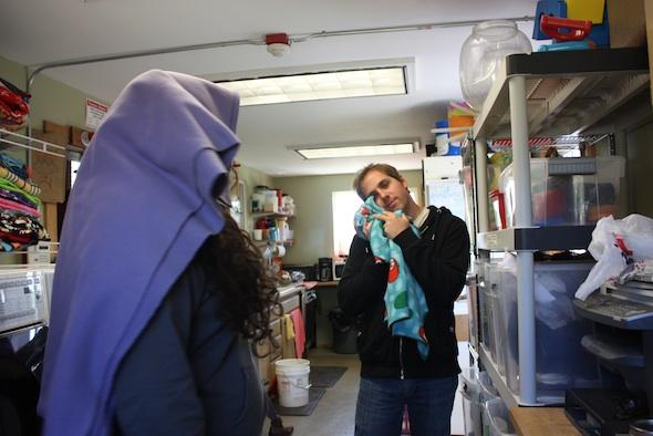 web jen matt volunteers silly blanket laundry (dm) IMG_2103
