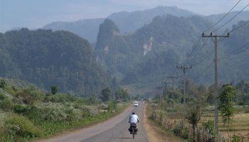 Radler vor Landschaft bei Kasi