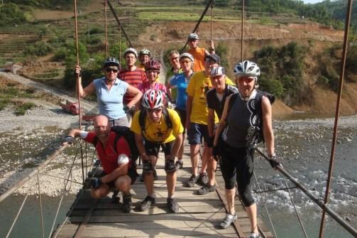 Gruppe auf Brücke
