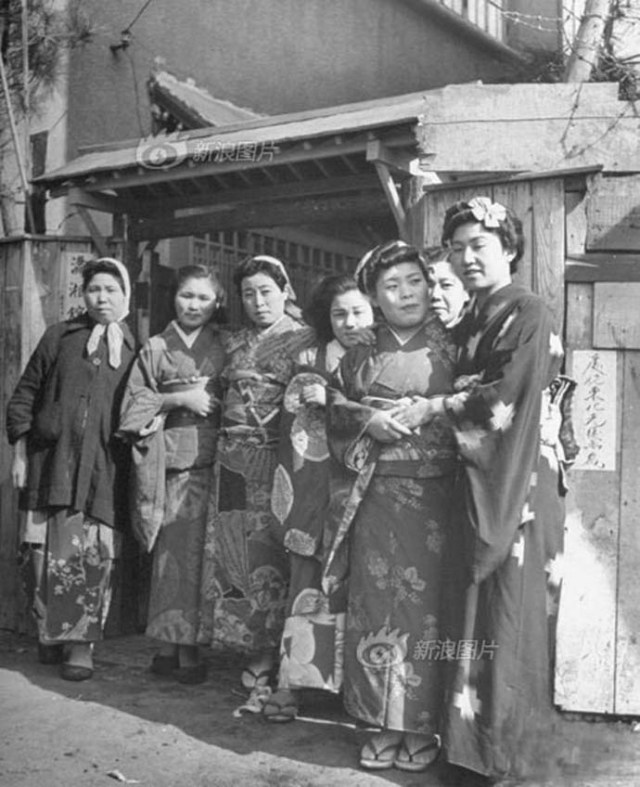 Chinese prostitutes dressed in kimono