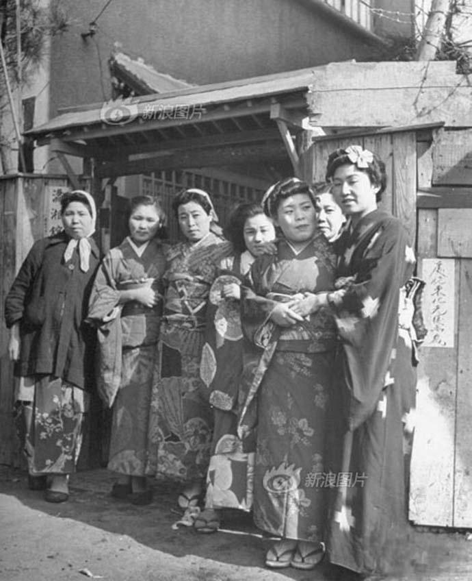 Chinese prostitutes dressed in kimono