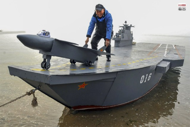 Qingdao, an 80-year-old man created a self-made aircraft carrier 12 meters long and 3 meters wide able to carry 20 people