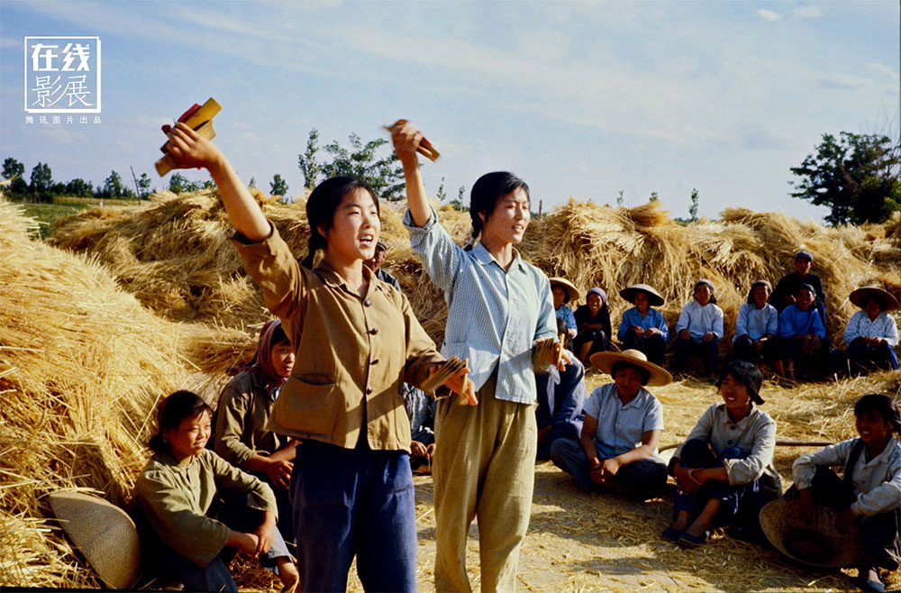 1971. Harvesting the fields. A propaganda performance for the workers.