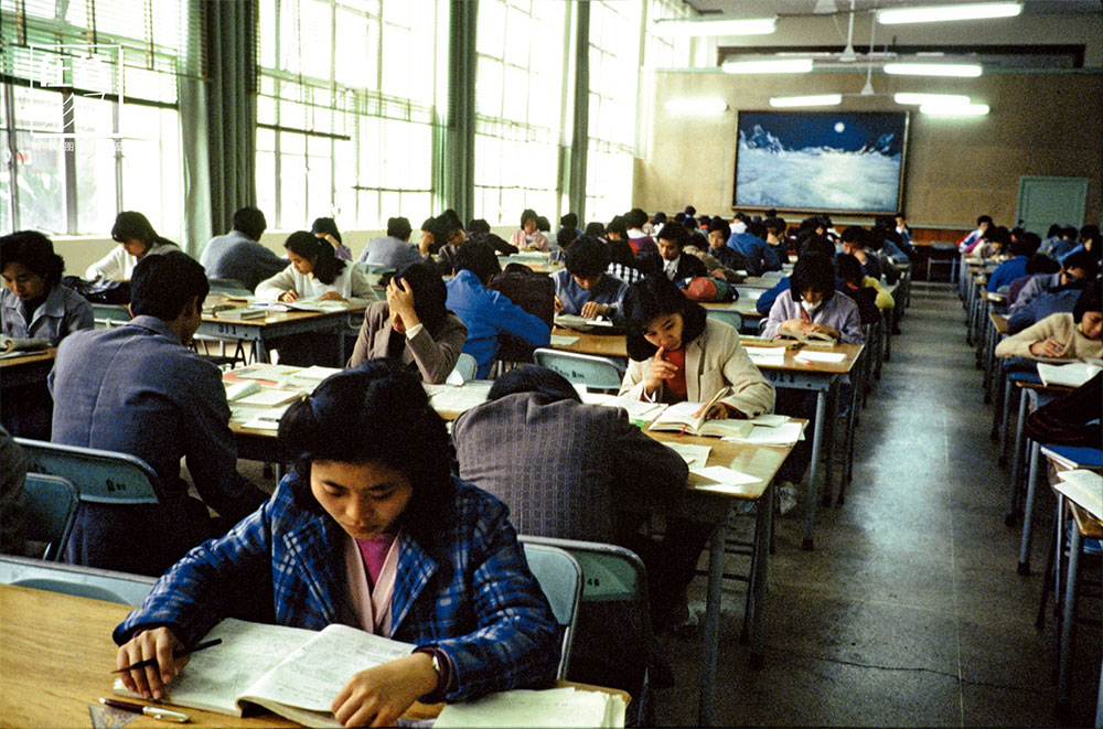 After 10 years of suspension of the cultural life of the country, in 1977 the college entrance examination system was restored, people begin to study. The value of science, knowledge, and culture is recognized again. In the photo, a library in Guangdong.